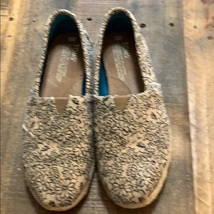 TOMS Size 6 Black Floral on Tan Burlap NEW